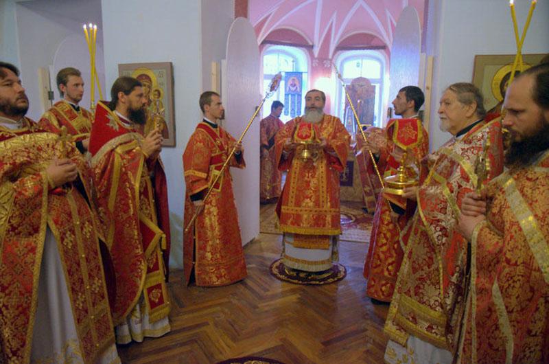 Первая Божественная литургия в храме Покрова Пресвятой Богородицы 11 августа 2012 года.