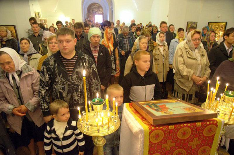 Приход церкви Покрова Пресвятой Богородицы на первом богослужении 11 августа 2012 года