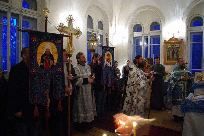 Богослужение в церкви святых Новомученников и Исповедников Российских. Октябрь 2009 года