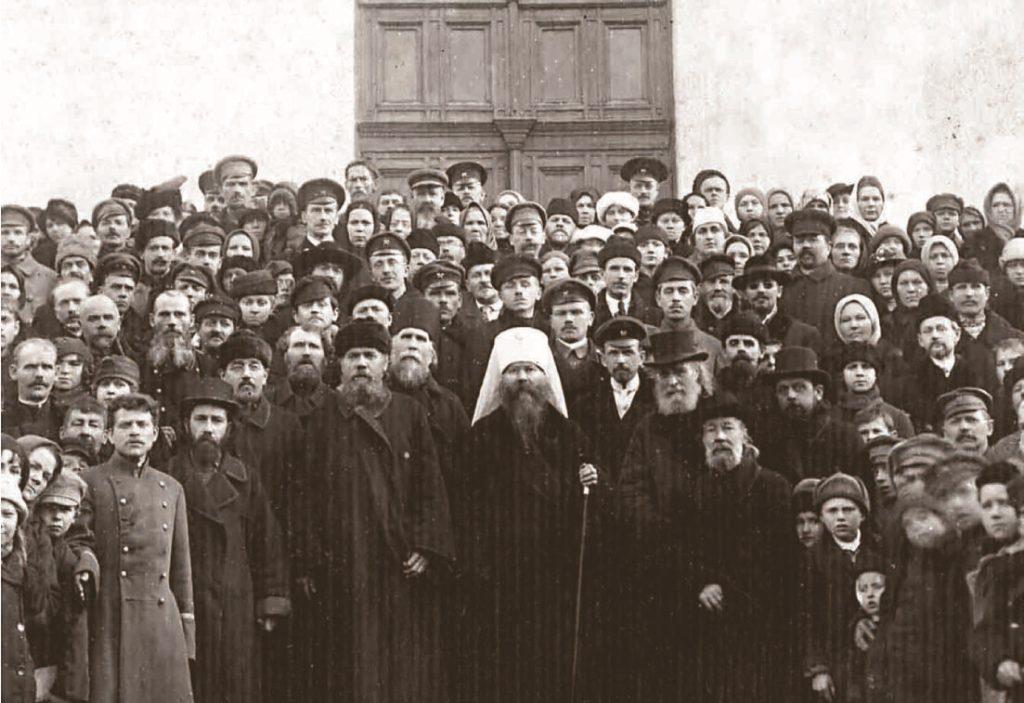 Митрополит Петроградский Вениамин с клиром и прихожанами Гатчинского Павловского собора фото до 1921 года