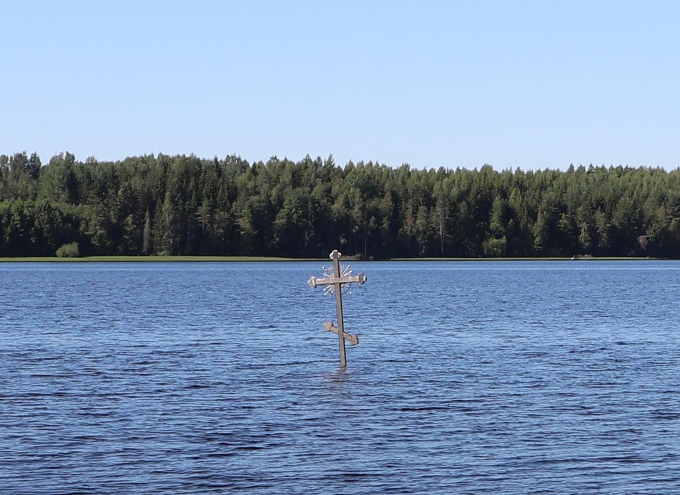 Установленный в водах Дымского озера поклонный крест напротив того места, где, по преданию, молился преподобный Антоний Дымский. июль 2021г.