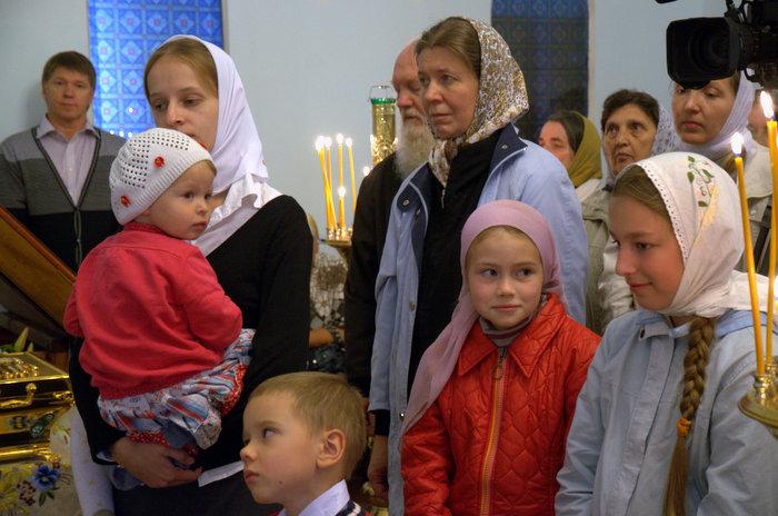 Приход церкви Покрова Пресвятой Богородицы на первом богослужении 11 августа 2012 года.
